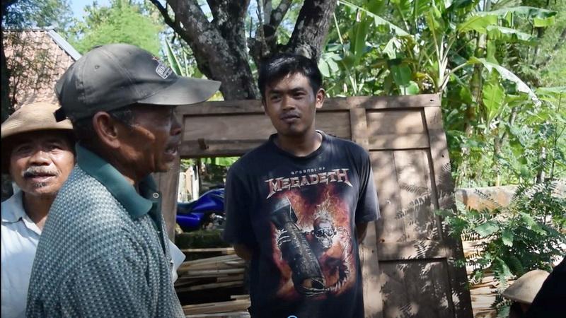 """Harmono (berkaos Megadeth) bersama ayah dan tetangganya saat """"sambatan"""" merenovasi rumah saudaranya."""