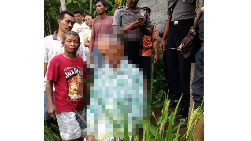 Proses pemeriksaan dan evakuasi terhadap jasad korban bunuh diri di Karangmojo.