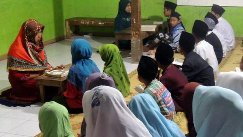 Nurhidayati sedang memimpin pembelajaran bersama para santrinya.