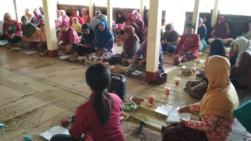 Edukasi kesehatan jiwa oleh IMAJI dan PKH di Dusun Pulebener Desa Giring Paliyan, Maret 2019. Edukasi kesehatan jiwa merupakan salah satu langkah primer upaya besar pencegahan bunuh diri. Foto: Basuki.